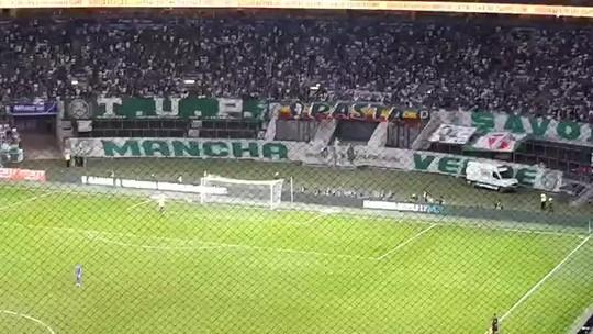 Torcida visitante volta a reclamar de tela que atrapalha a visão no estádio do Palmeiras