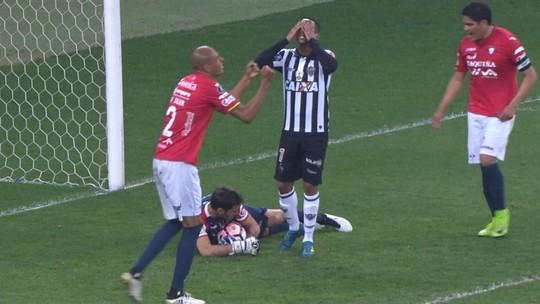 """Reserva, Robinho lamenta eliminação e ano ruim do Galo: """"Agora é honrar a camisa"""""""