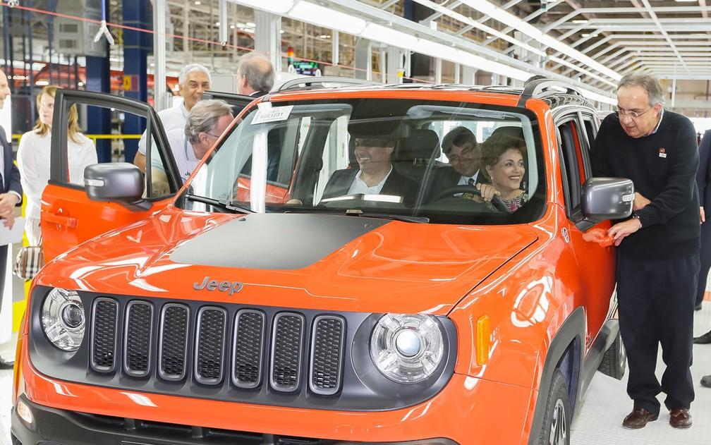 Presidente Dilma Roussef dentro do Renegade; à esq., o presidente-executivo mundial da Fiat Chrysler, Sergio Marchionne (Foto: Roberto Stuckert Filho/PR)