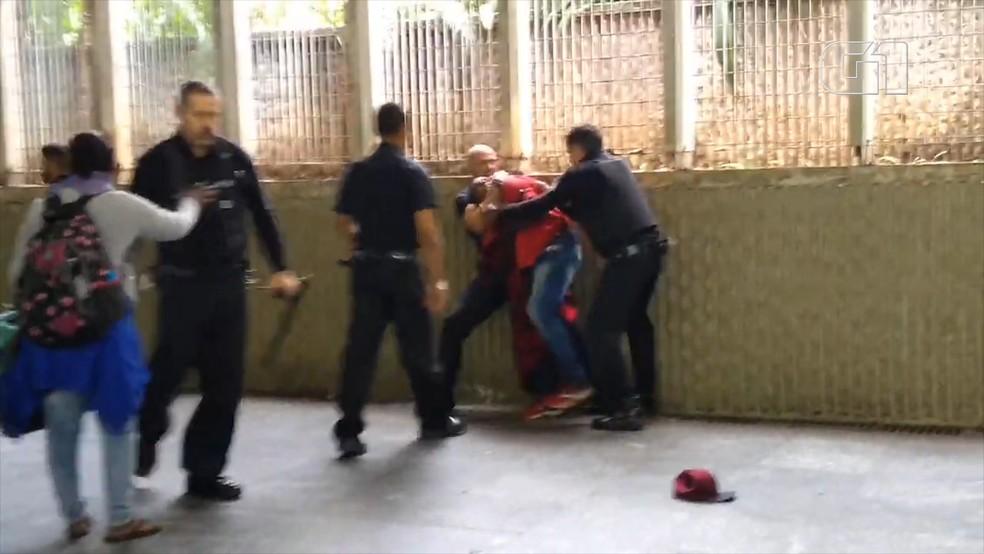 Segurança dá golpe mata-leão em morador de rua dentro da Estação Sé do Metrô — Foto: Redes sociais