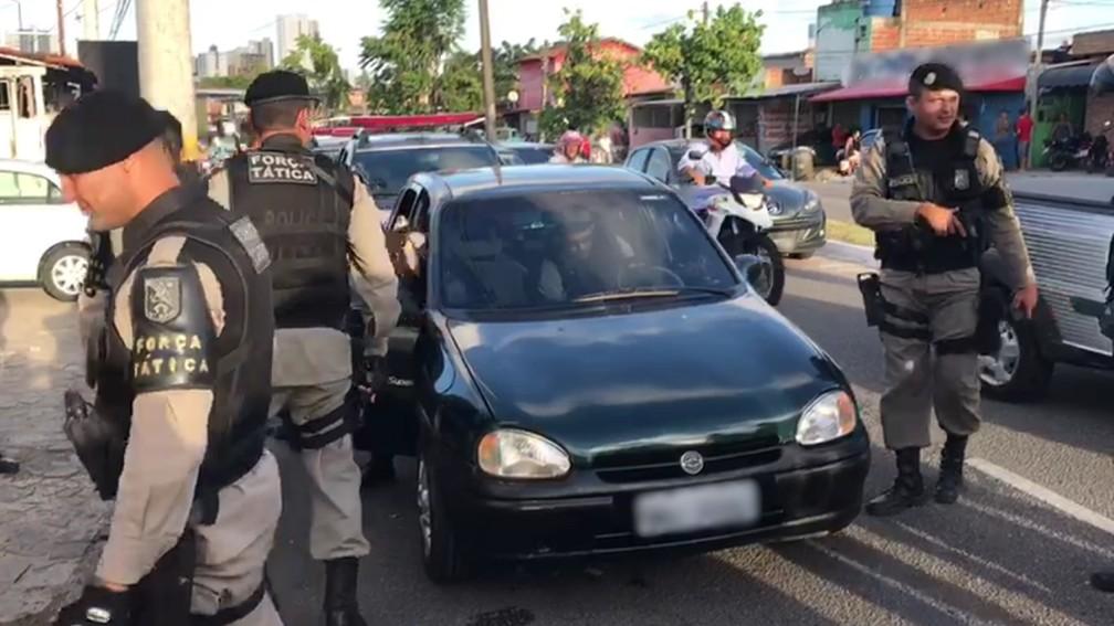 Carro onde os cinco homens estavam foi abordado pela polícia na Av. Tancredo Neves em João Pessoa (Foto: Walter Paparazzo/G1)