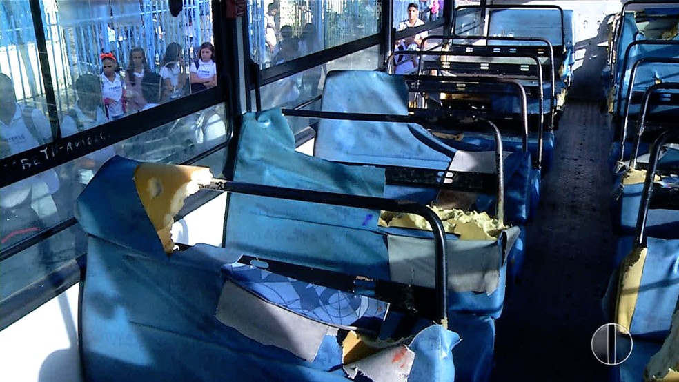 Sem estrutura, ônibus escolar em Natal transporte alunos de escola estadual  (Foto: Reprodução/Inter TV Cabugi )