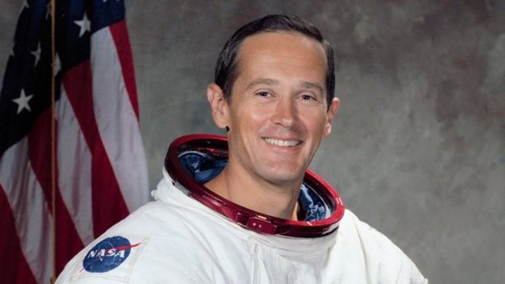 O astronauta Charles Duke foi a pessoa mais nova a pisar na Lua e sua voz ficou famosa ao narrar que estavam respirando de novo após a Apollo 11 pousar (Foto: AFP)