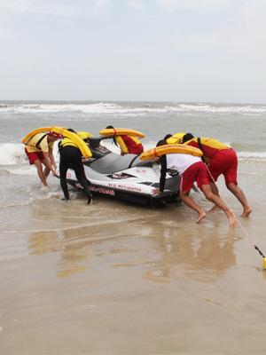 Salva-vidas atuam no resgate das vítimas (Foto: Biaman Prado/O Estado)