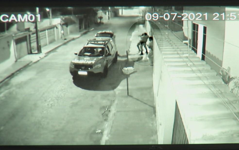 Momento em que  haitiana Merlouse Pierre é golpeada com um mata leão pela PM, em Anápolis — Foto: Reprodução/TV Anhanguera