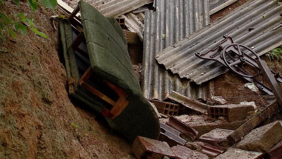 Deslizamento de barreira deixou três mortos no Recife — Foto: Reprodução/TV Globo