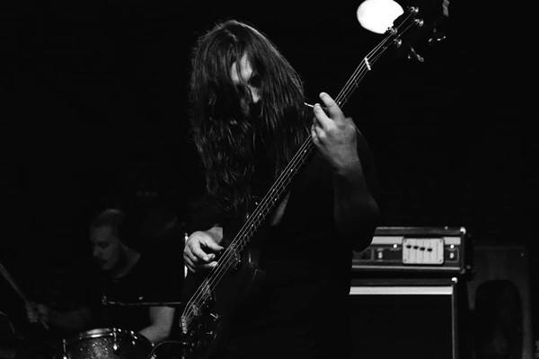 O baixista da banda Witchrot com o suposto baterista falecido ao fundo (Foto: Facebook)