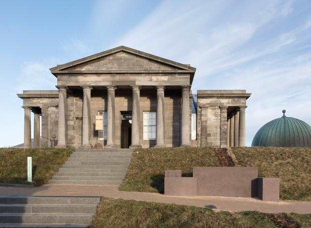 Inspirado na arquitetura grega, William Playfair desenhou o observatório em 1818 (Foto: Tom Nolan e Susie Lowe./ Reprodução)