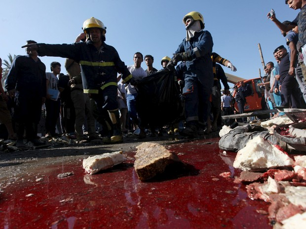 Sangue é visto no local do atentado na cidade de Hilla, ao sul de Bagdá, no Iraque, neste domingo  (6) (Foto: Reuters/Alaa Al-Marjani)