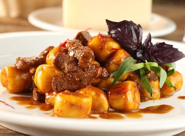 Gnocchi di patate com filette do manzo allo zafferano, prato do jantar na Aguzzo Cucina (Foto: Divulgação)