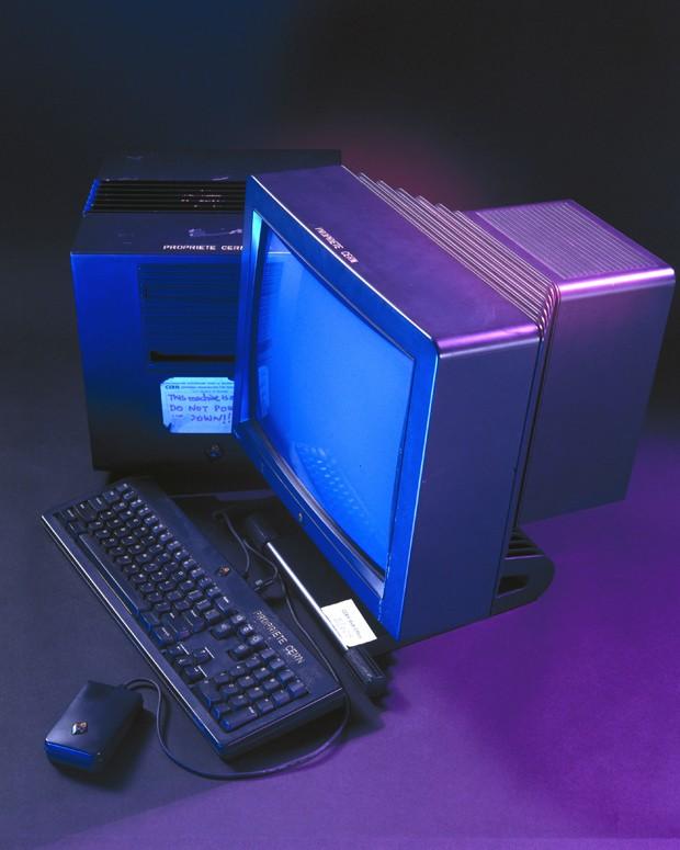 Este computador foi usado no CERN pelo cientista britânico Tim Berners-Lee para criar a World Wide Web (WWW) no final dos anos 80 e início dos anos 90. Em 1980, Berners-Lee passou seis meses como engenheiro de software consultor no CERN, o Laboratório Europeu de Física de Partículas em Genebra, durante o qual ele escreveu o programa 'Enquire', que formou a base conceitual para a Web. Em 1990, ele começou a escrever o primeiro servidor WWW 'httpd' que foi disponibilizado no CERN em dezembro de 1990, e na Internet em geral em 1991. (Foto: Getty Images / SSPL)