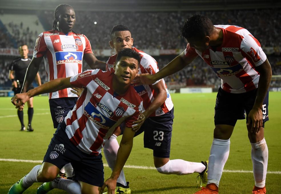 Téo Gutiérrez, no foco, por pouco não defendeu o Corinthians (Foto: Raul Arboleda/AFP)