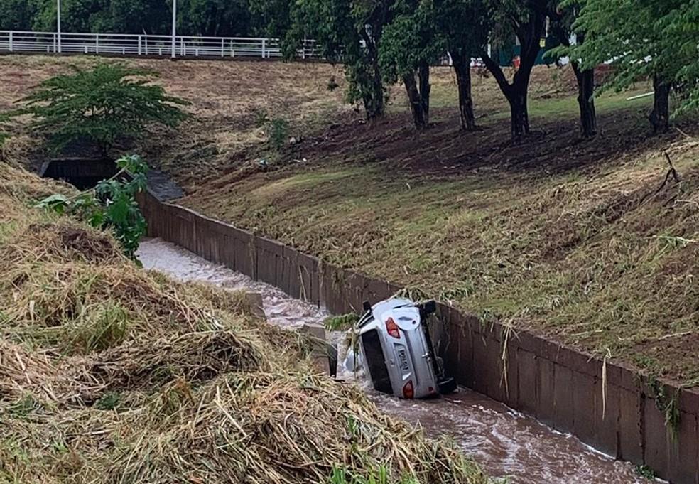 Veículo foi encontrado depois que o nível do córrego Borá baixo em São José do Rio Preto (SP) — Foto: André Modesto/ TV TEM