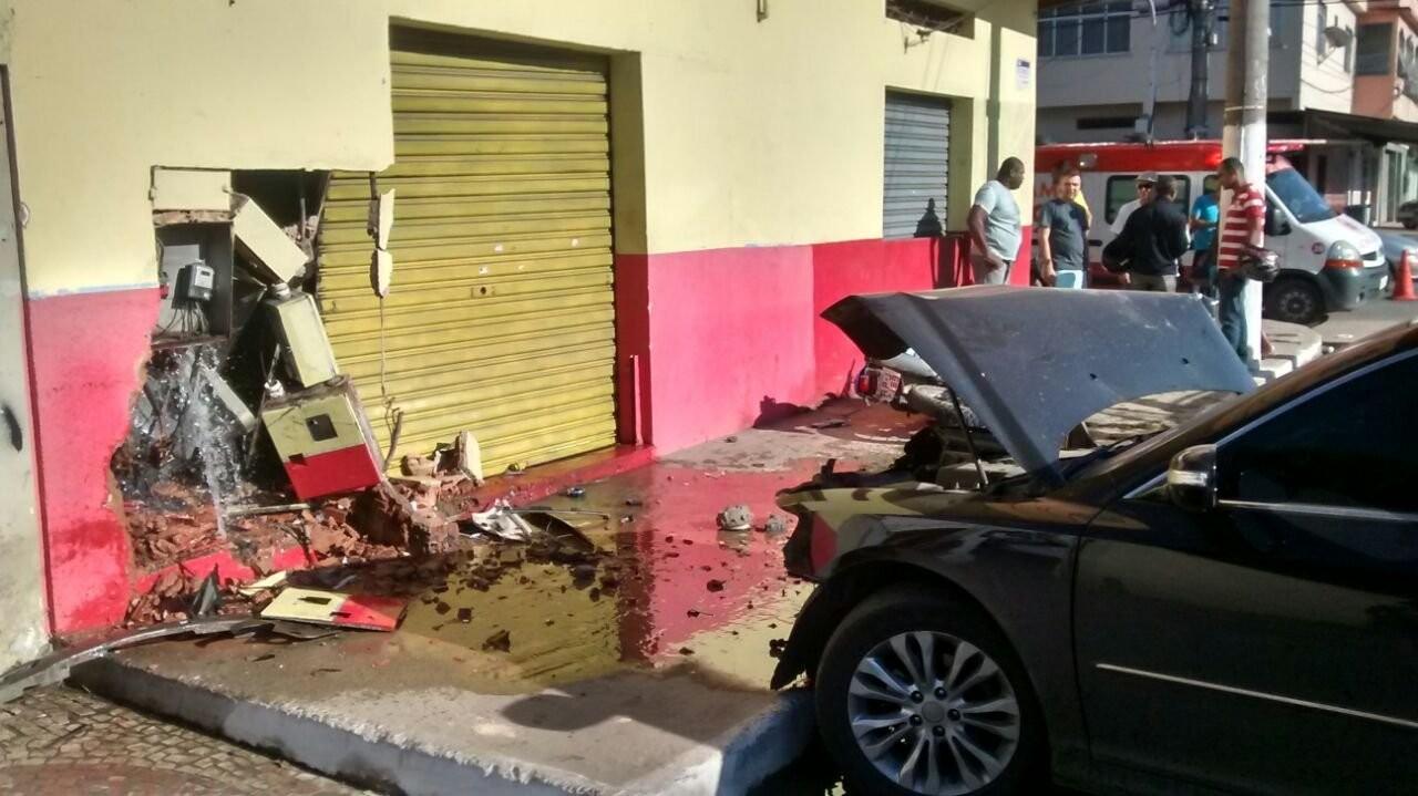 Acidente entre carro e moto causa vazamento de água em Vila Velha, ES