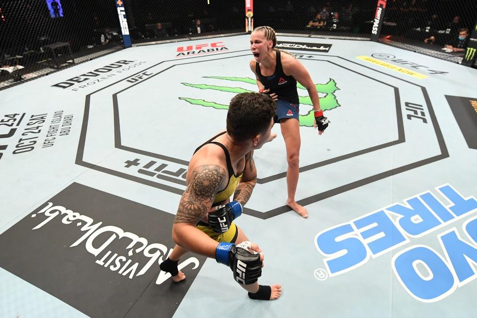 Jéssica Bate-Estaca acerta o golpe que fez Katlyn Chookagian gritar de dor no UFC Ortega x Zumbi Coreano — Foto: Getty Images