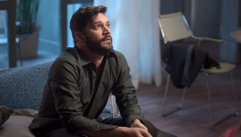 Diogo (Armando Babaioff) no apartamento de Gisele (Sheron Menezzes) em 'Bom Sucesso' — Foto: Globo