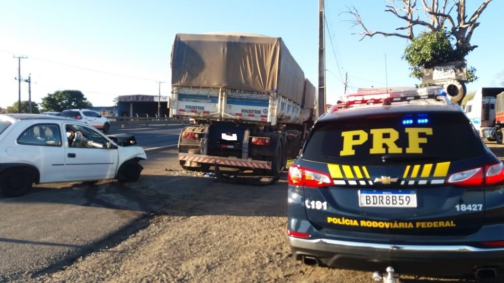 Motorista fica gravemente ferida após bater carro contra caminhão estacionado, em Ponta Grossa