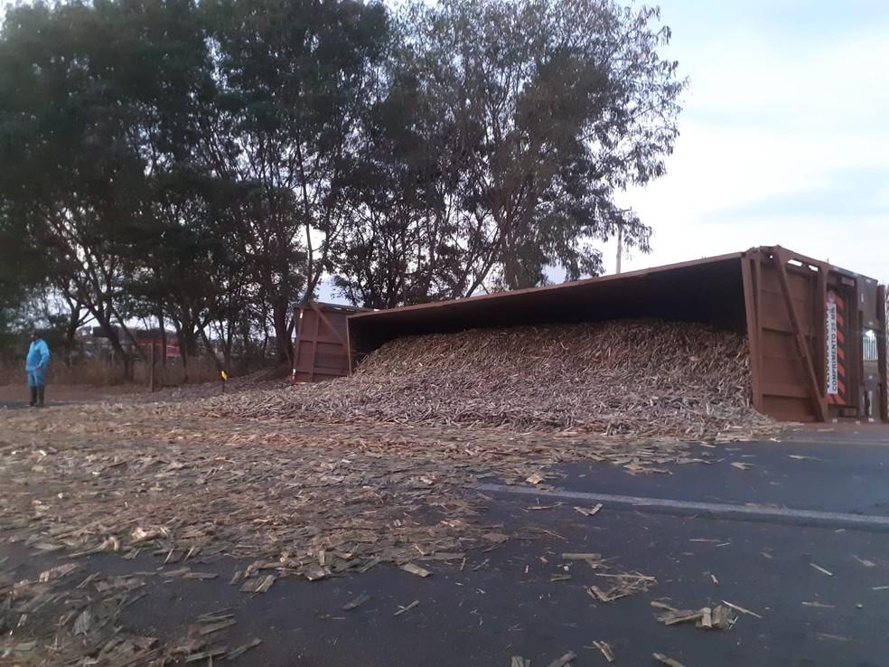 Carga de cana ficou espalha pela pista após caminhão tomar em rodovia de Borborema (SP) — Foto: Arquivo pessoal/ Reprodução