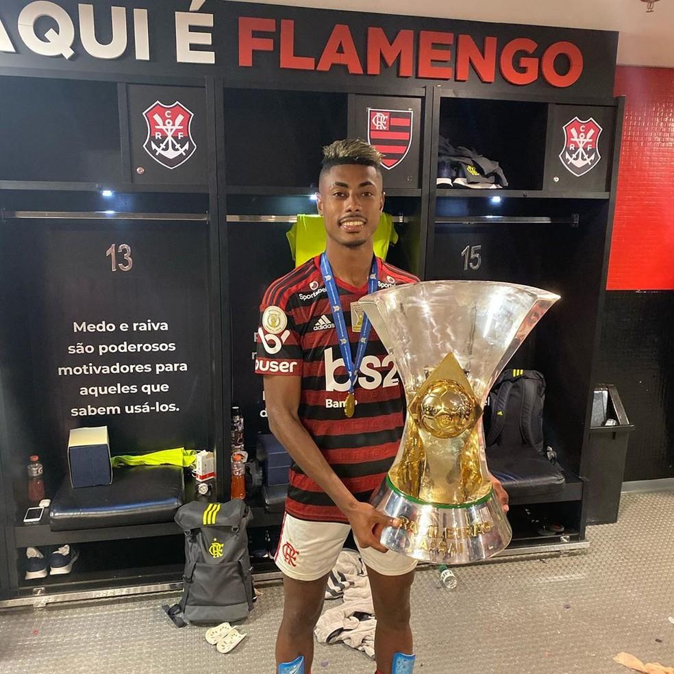 Atacante tira foto com o troféu do Brasileirão no vestiário após o jogo contra o Ceará — Foto: Arquivo Pessoal