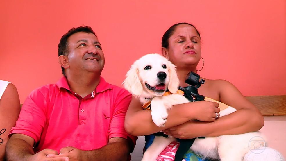 Lisandra foi presenteada com uma cadelinha para ser seu cão-guia — Foto: TV Globo
