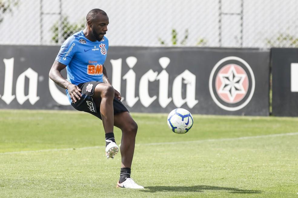 Zagueiro Manoel fez trabalho com bola em campo no Corinthians — Foto: Rodrigo Gazzanel / Ag.Corinthians