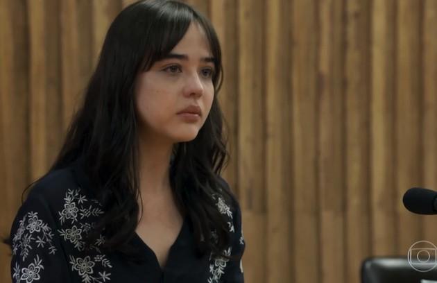 Em 'O outro lado do paraíso', Laura (Bella Piero) deu um depoimento muito emocionante contra seu padrasto, Vinícius (Flávio Tolezani), por quem foi abusada na infância (Foto: TV Globo)