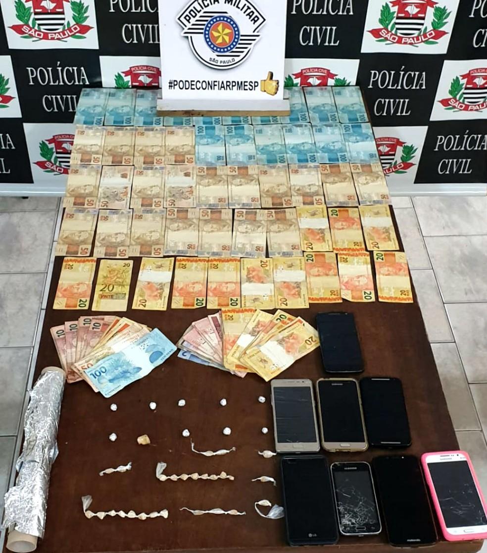 Na casa em Lençóis Paulista foram apreendidos drogas, celulares e dinheiro — Foto: Polícia Civil/Divulgação