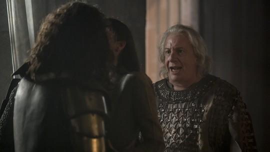 Augusto vê beijo de Catarina e Rodolfo e descobre farsa da guerra