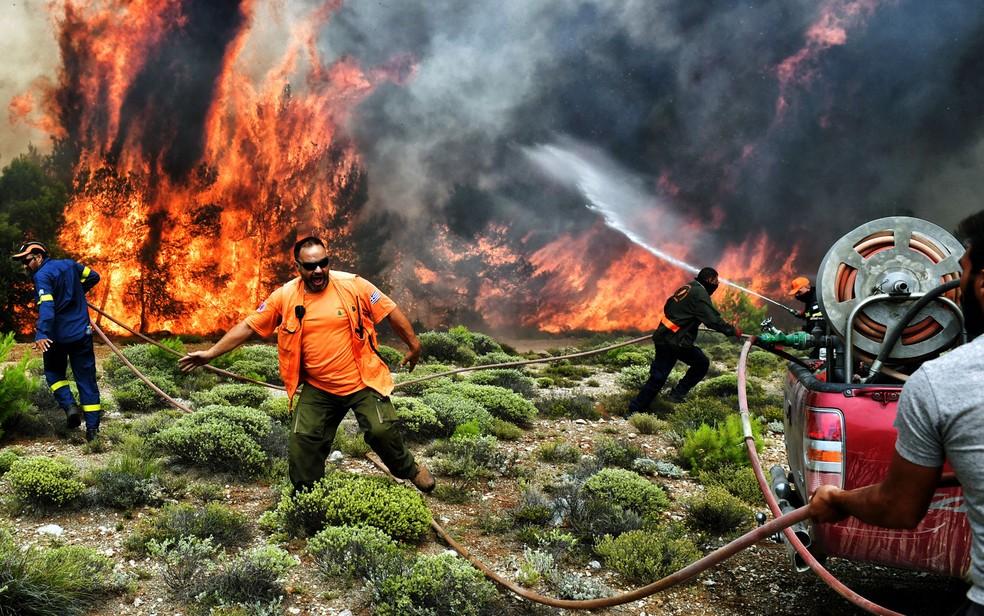 Autoridades trabalham contra o tempo para apagar o fogo na Grécia (Foto: Valerie Gache/AFP)