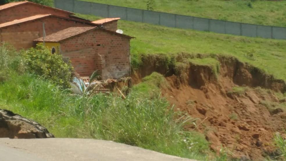 Duas casas desabaram após parte da margem do asfalto da BA-046 ceder  — Foto: Blog do Valente