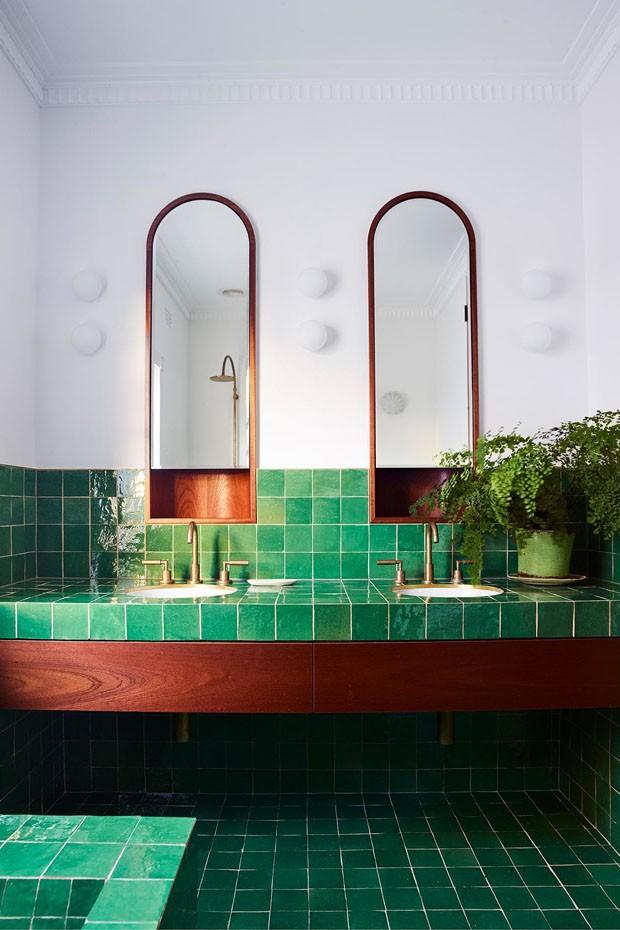Décor do dia: Banheiro com ladrilho verde greenery (Foto: Divulgação/Reprodução)