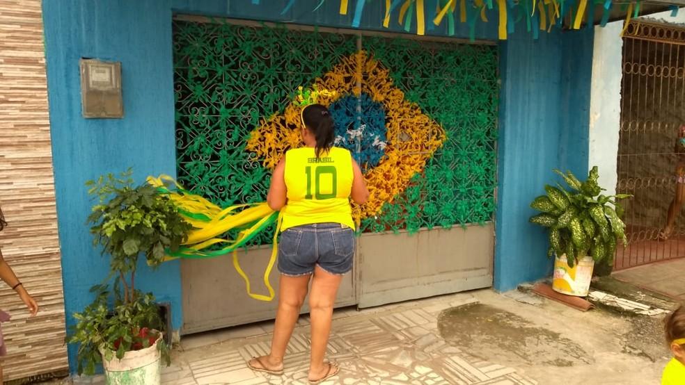 Dona Terezinha Custódio prepara mosaico de bandeira do Brasil, em Natal (Foto: Oscar Xavier/Inter TV Cabugi)