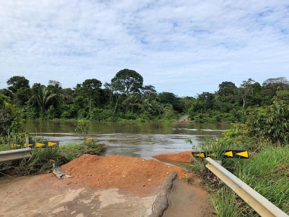 Estrutura da ponte não resistiu à força da correnteza e cedeu — Foto: Jeferson Carlos/G1