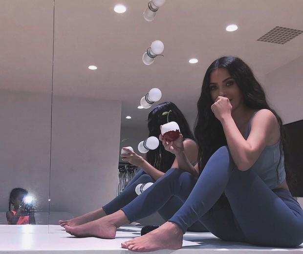 Kim Kardashian é fotografada pela filha (Foto: Reprodução/Instagram)