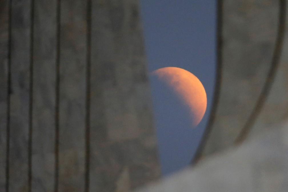 Eclipse entre os pilares do Palácio do Planalto — Foto: Adriano Machado/Reuters
