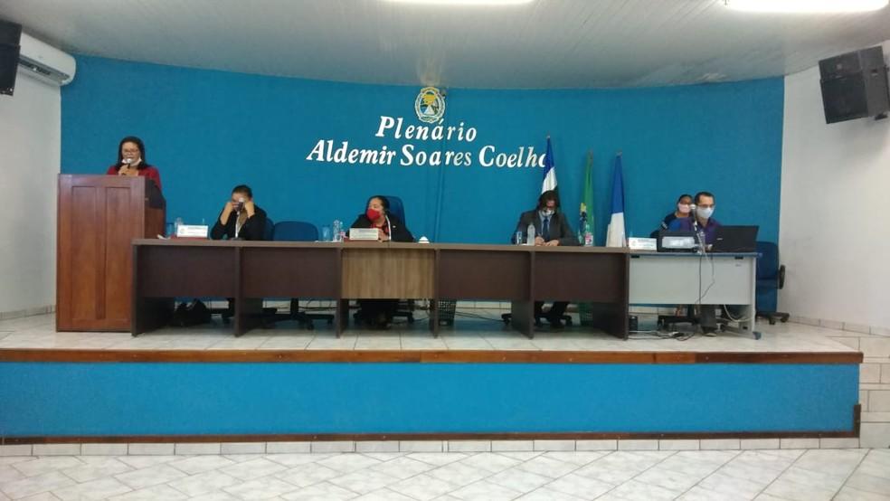 Sessão extraordinária escolheu nova prefeita de Araguanã — Foto: Claudemir Macedo/TV Anhanguera