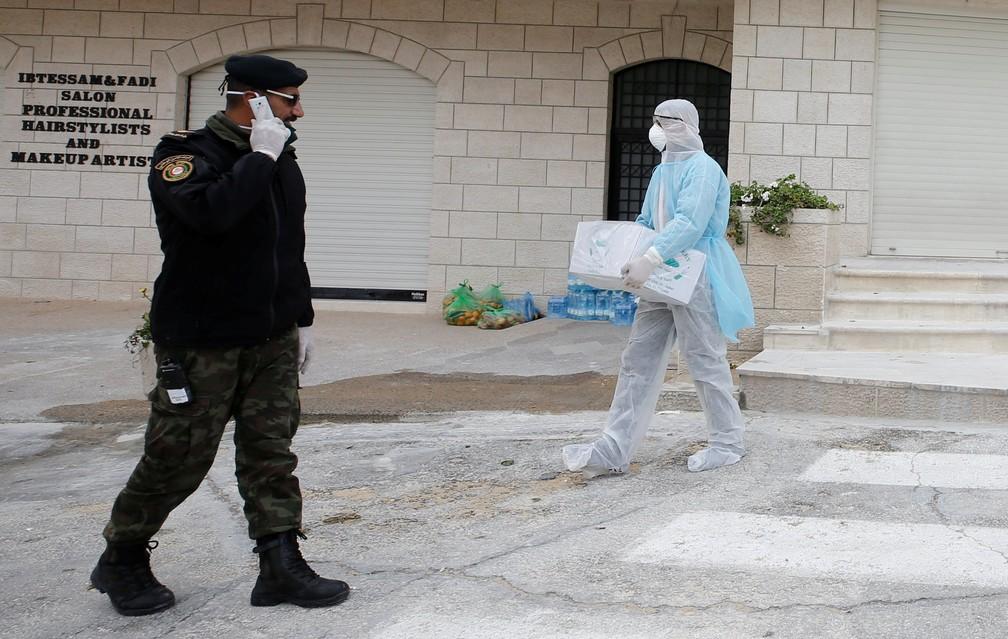 Policial caminho do lado de fora de um hotel em Belém, na Palestina, onde há turistas em quarentena, em 7 de março de 2020 — Foto: Mussa Qawasma/Reuters