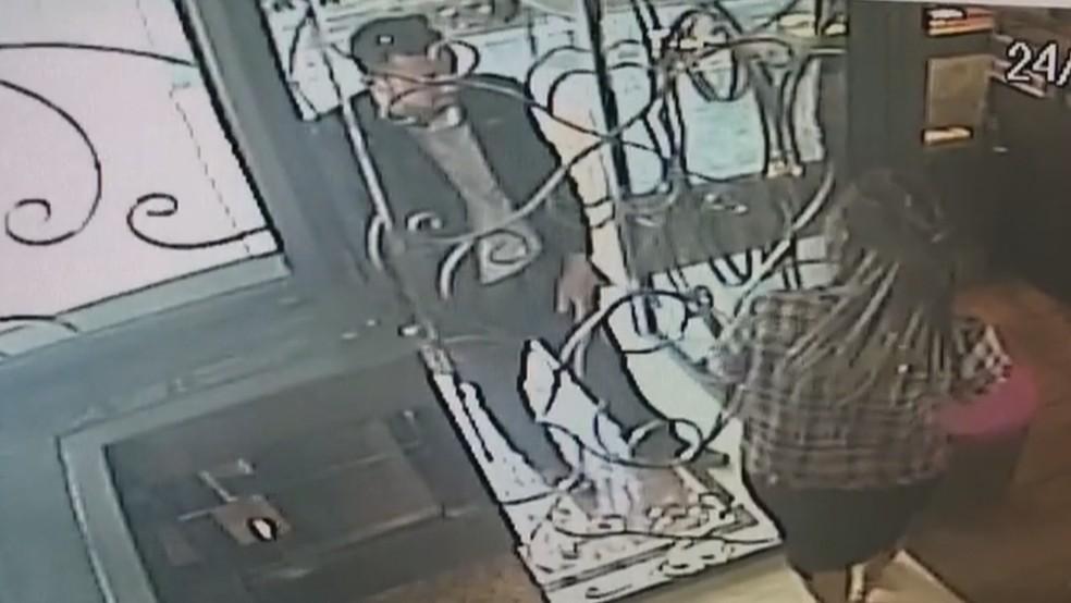 Ladrão de terno ao entrar na loja (Foto: Reprodução/TV Globo)