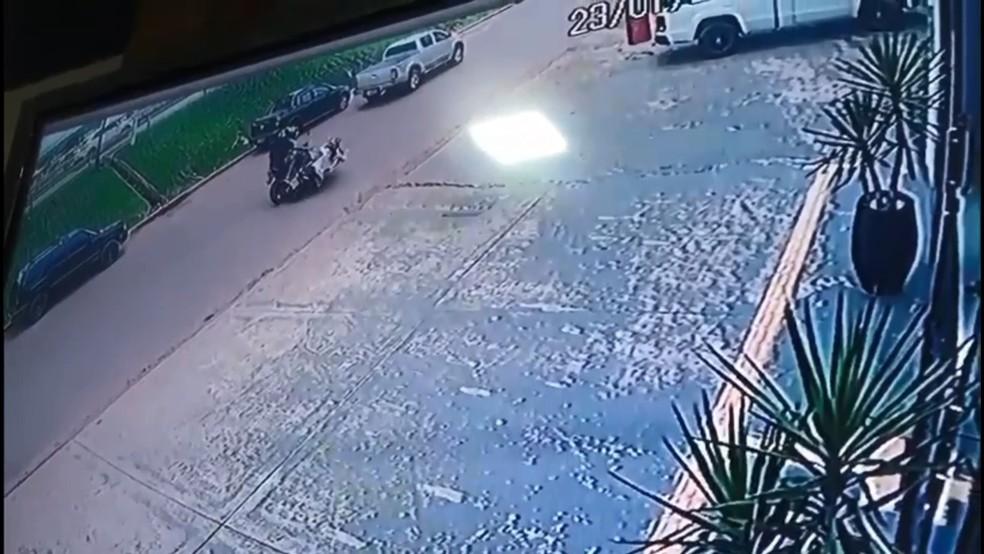 Câmera filma mulher caindo de moto durante tentativa de roubo em Cacoal — Foto: Reprodução
