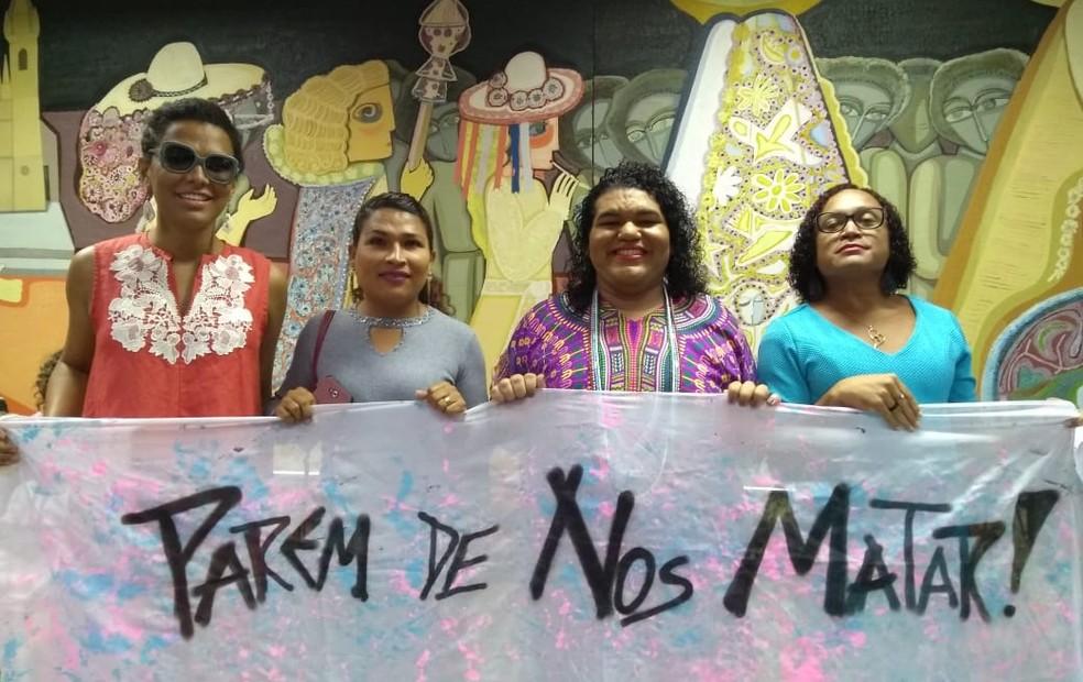Letícia posa ao lado de membros do Grupo Piauiense de Transexuais e Travestis (GPTrans) no salão nobre de Universidade Federal do Piauí, em Teresina — Foto: Arquivo Pessoal