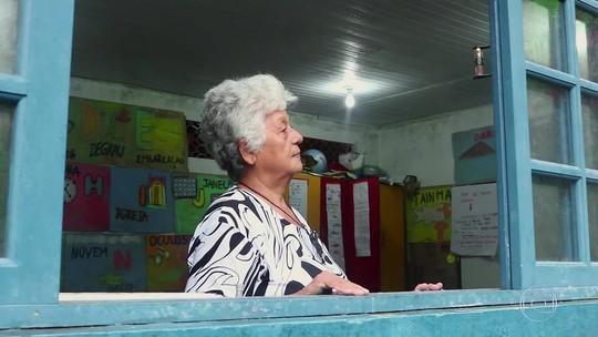 Paulo Lins comanda a exibição de vídeos da Oficina de Minidocs Paratyé