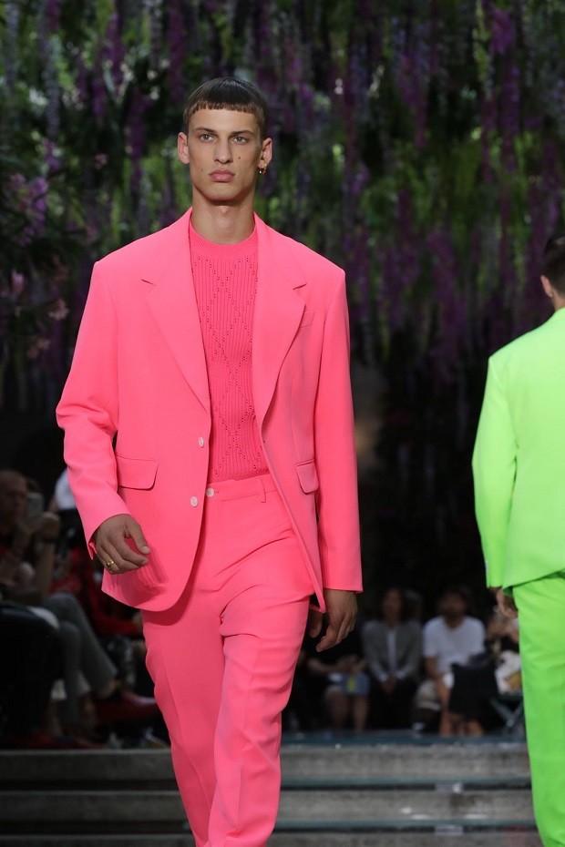 Costume fluo no desfile da Versace (Foto: Reprodução/ Instagram)
