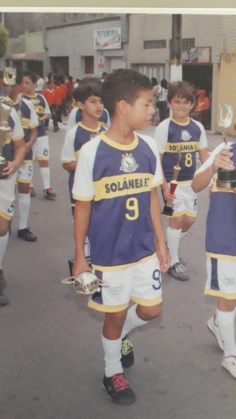 """Jogador em desfile pela escolinha do pai """"Livro na mão, bola no pé"""" em Solânea — Foto: Arquivo Pessoal"""