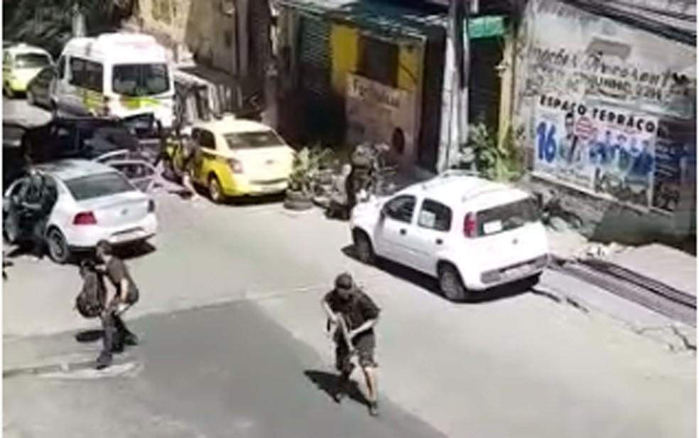 Imagens mostram criminosos armados correndo pela Rocinha (Foto: Reprodução/Whatsapp)