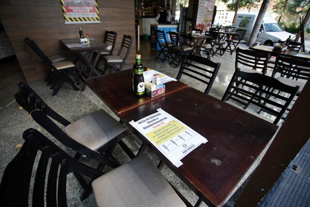 Bares e restaurantes começam a atender presencialmente com público limitado e distanciamento — Foto: Marcelo Brandt/G1