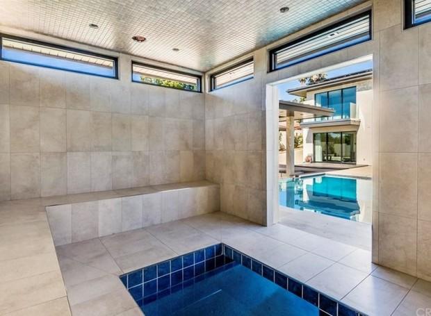A sauna possui uma piscina pequena no interior (Foto: The MLS/ Reprodução)