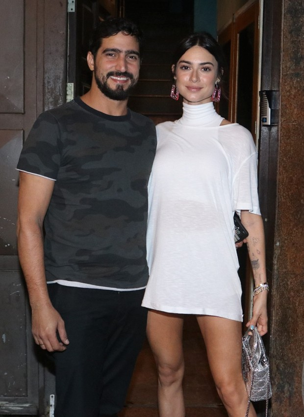 a aniversariante Thaila Ayala posa com o noivo, o ator Renato Góes (Foto: Thyago Andrade/BrazilNews)