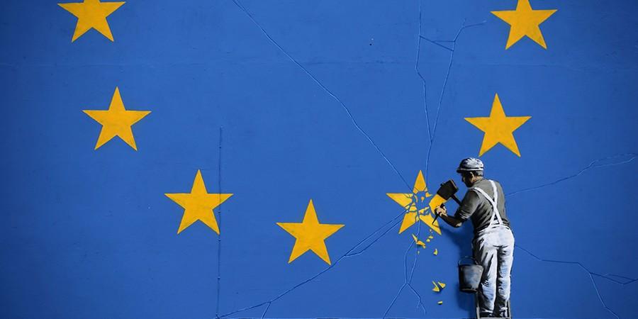 Mural pintado pelo artista de rua britânico Banksy, no Porto de Dover, onde atracam os barcos que cruzam o Canal da Mancha; 60% dos moradores da cidade apoiaram o Brexit (Foto: DANIEL LEAL-OLIVAS/AFP PHOTO)