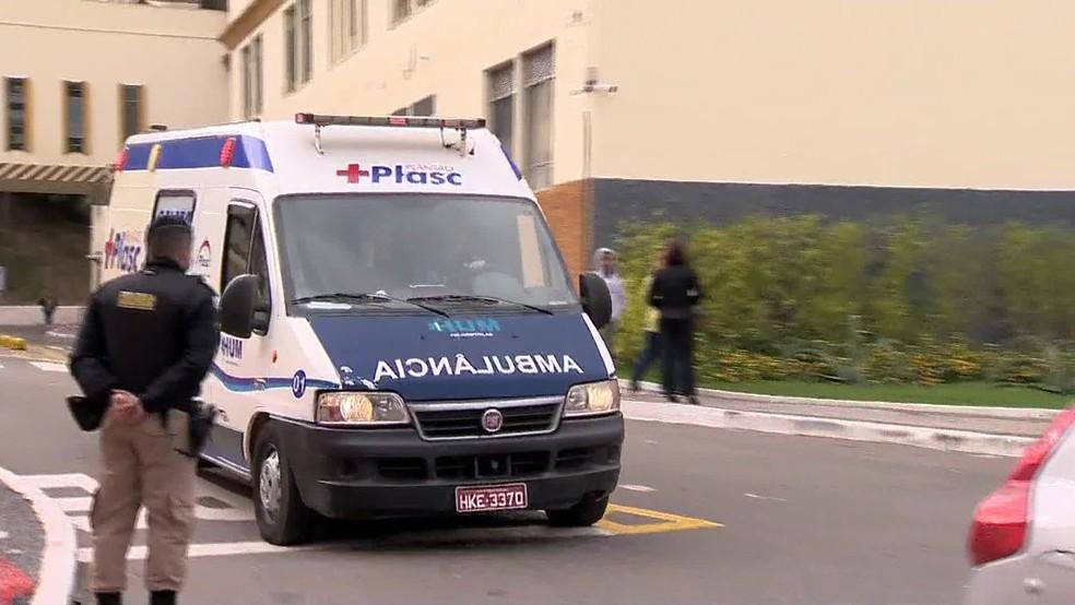 Ambulância deixa Santa Casa de Juiz de Fora, onde o candidato Jair Bolsonaro foi operado após ataque com faca (Foto: Reprodução/TV Globo)