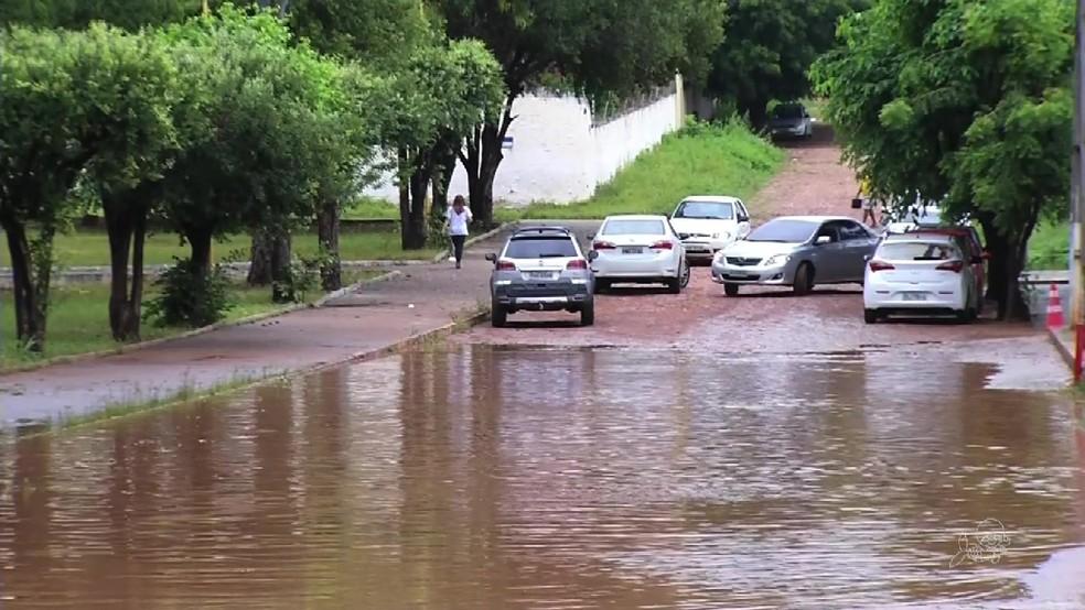 Chuvas desta sexta-feira foram suficientes para alagar ruas de Juazeiro do Norte (Foto: TV Verdes Mares/Reprodução)